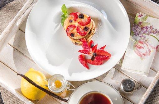 American Pancakes mit Erdbeeren, Blaubeeren und Zitronenmarmelade