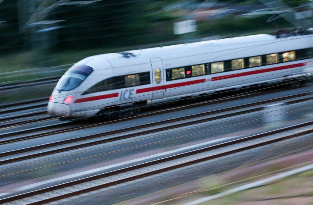 In einem Intercity in Richtung Böblingen  kam es zu einer Auseinandersetzung zwischen einem Mann und einer Frau mit ihrem Kind (Symbolbild). Foto: dpa