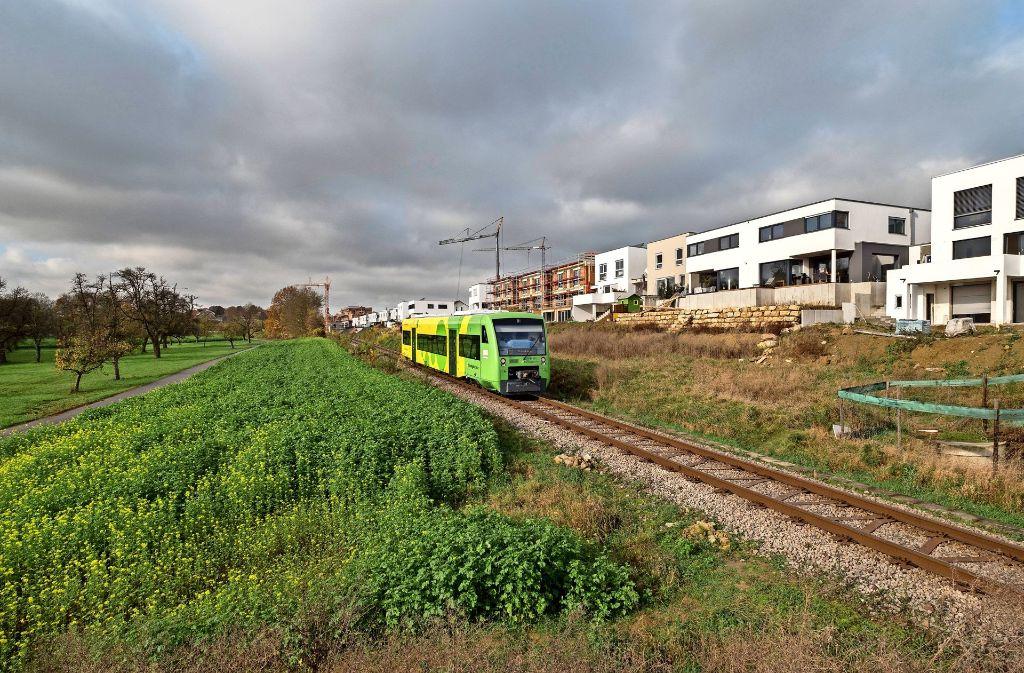 Die Gleise der Strohgäubahn sind die Trennlinie der Hälde zum etwa ein Kilometer entfernten alten Ortskern. Eine Unterführung ist in der Planung. Foto: factum/Weise