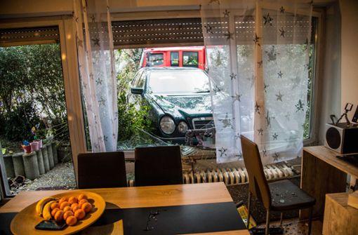 Mercedesfahrerin landet in einem Wohnzimmer in Plochingen