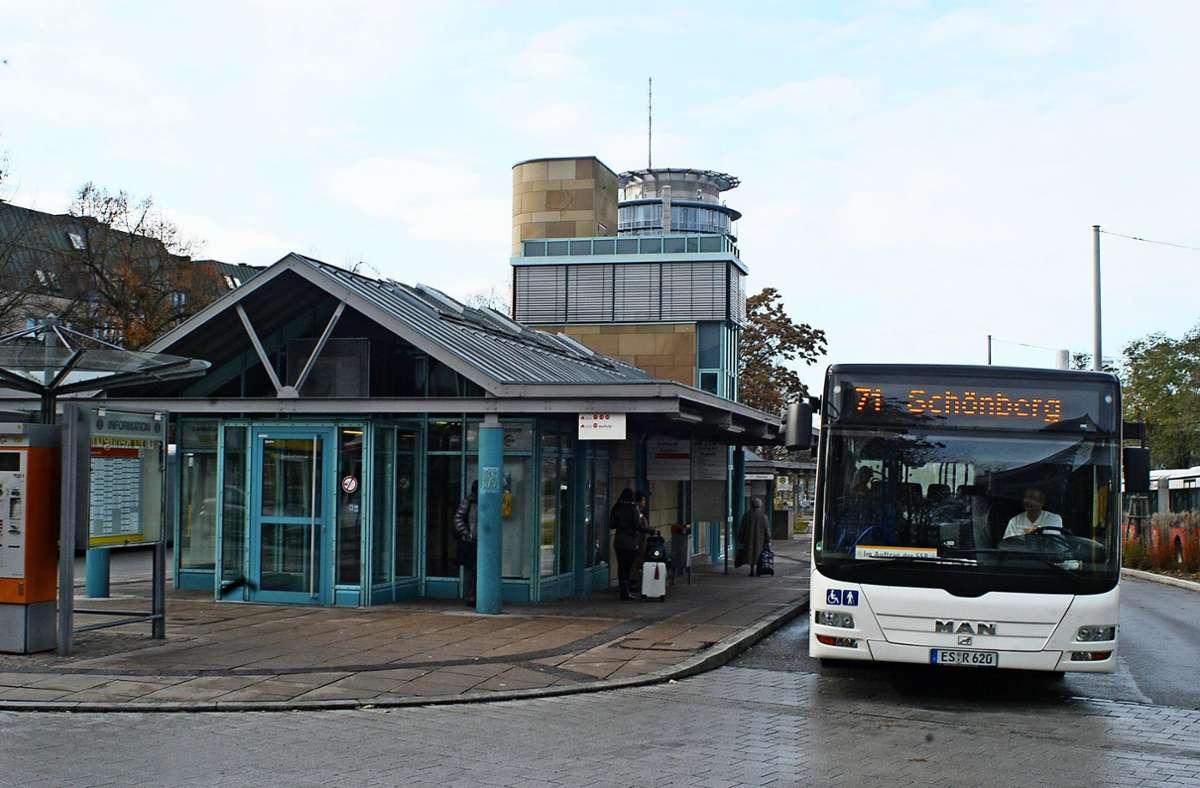 Der Bus der Linie 71 hält nicht mehr am  ZOB  in Degerloch, sondern  auf der gegenüber liegenden Straßenseite der B27. Foto: Archiv