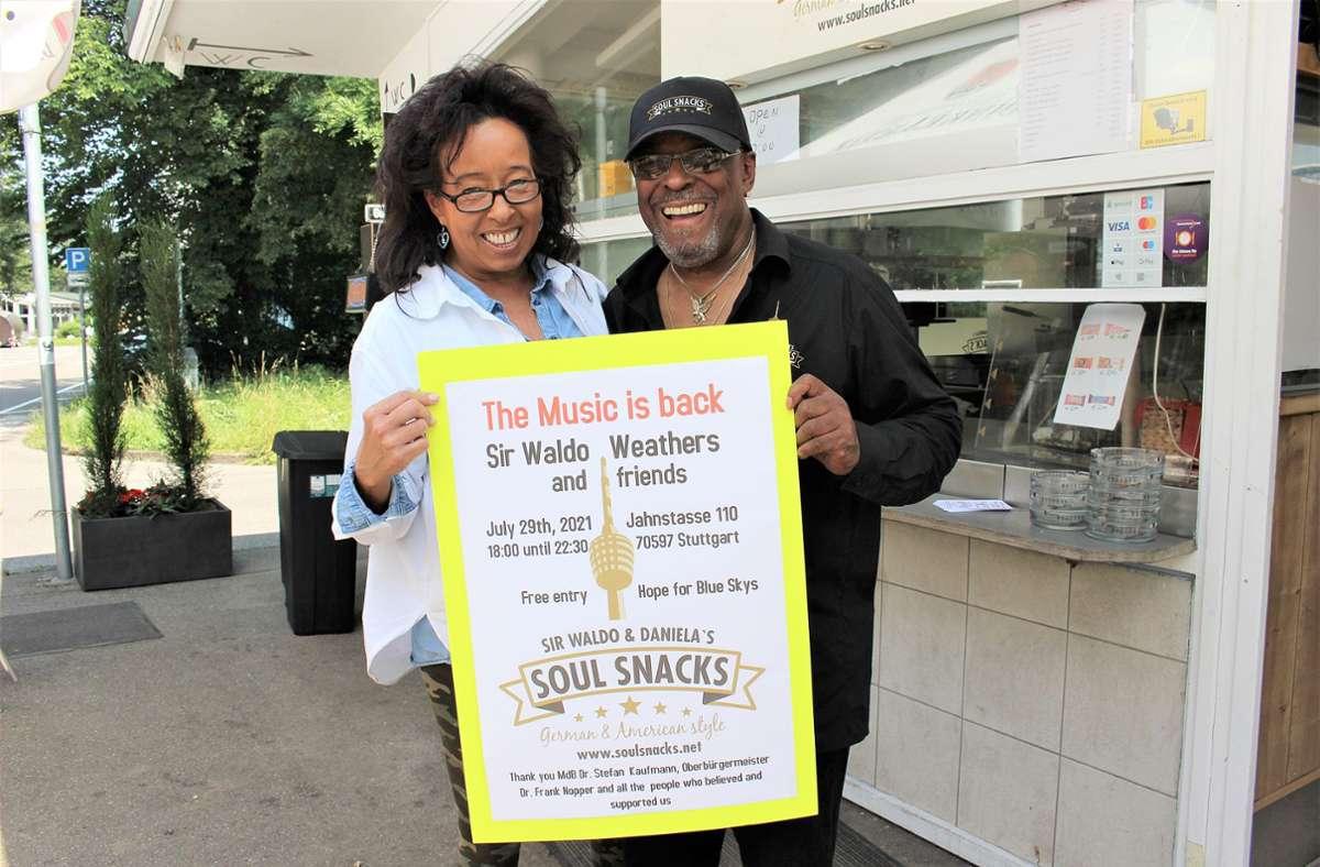 Die Betreiber von Soul Snacks dürfen wieder Livemusik spielen. Daniela Merz und ihr Partner Sir Waldo Weathers, der Ex-Saxofonist von James Brown, freuen sich. Foto: Caroline Holowiecki