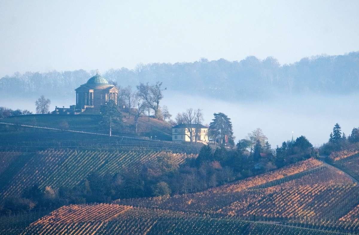 Der Nebel bietet malerische Fotomotive – wie hier an der Grabkapelle auf dem Württemberg. Foto: dpa/Bernd Weissbrod