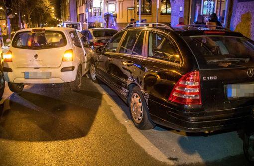 18-Jährige prallt gegen mehrere Autos
