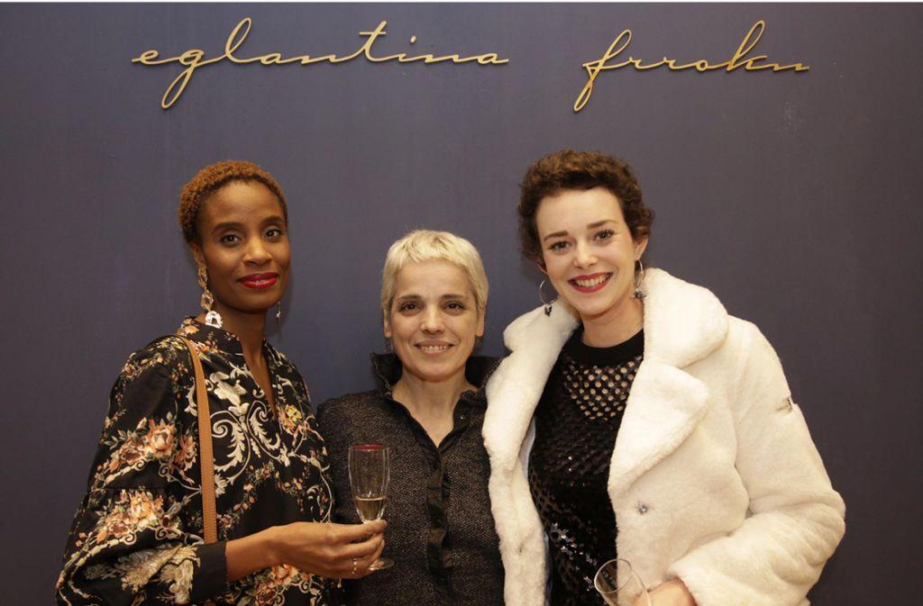 Modedesignerin Eglantina Frroku (Mitte) mit den Models Josette Sticher (links) und Laura Bräutigam bei der Eröffnungsfeier ihres neuen Ladens an der Calwer Straße 38, Foto: Klaus Schnaidt