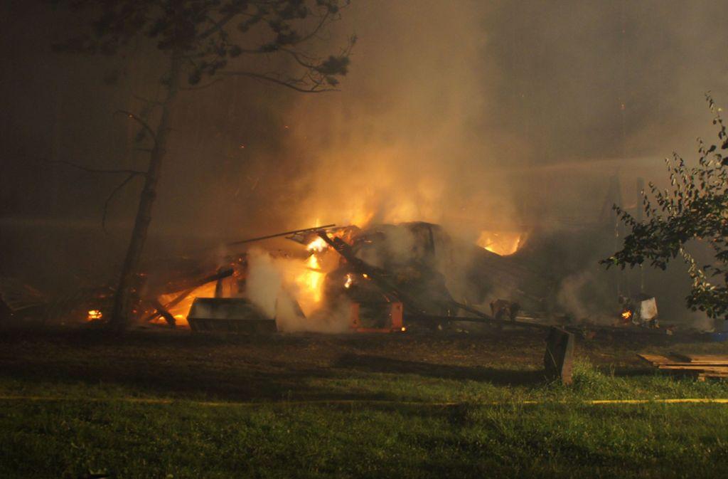 Der Holzschuppen brannte komplett nieder. Foto:
