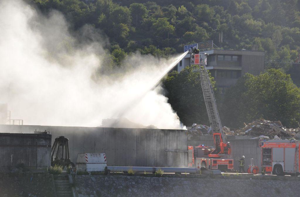 Beim Brand eines Müllberges in einem Abfallunternehmen in Hedelfingen kam es zu einer immensen Rauchentwicklung. Foto: Andreas Rosar Fotoagentur-Stuttg