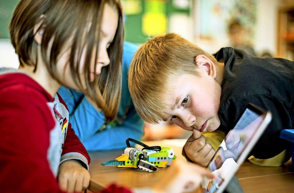 Kinder, Lehrer und Eltern  müssen sich in Baden-Württemberg auch in Zukunft auf herkömmliche Weise absprechen. Foto: dpa