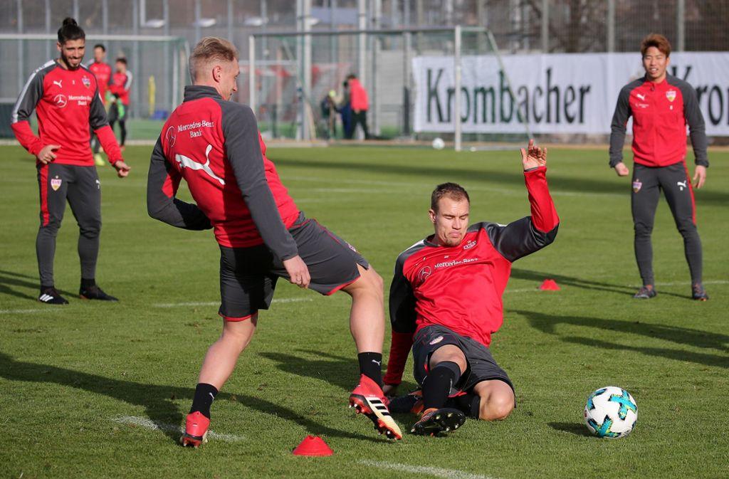 Beim VfB-Training geht es zur Sache: Holger Badstuber setzt zur Grätsche an. Foto: Pressefoto Baumann