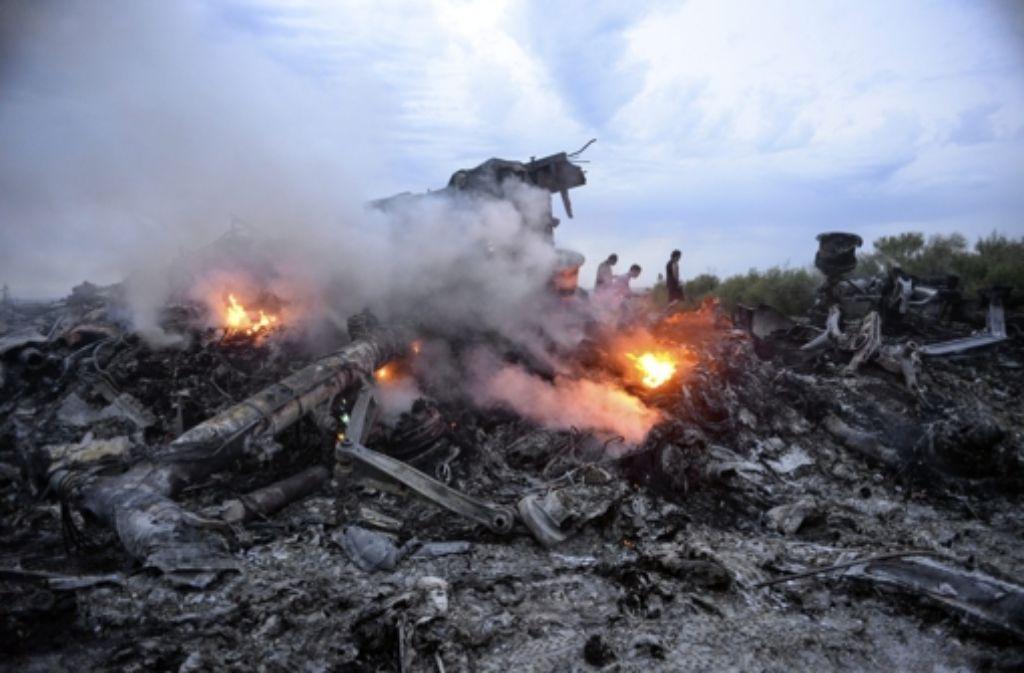 Rauchende Trümmer an der Absturzstelle von Flug MH17. Foto: EPA