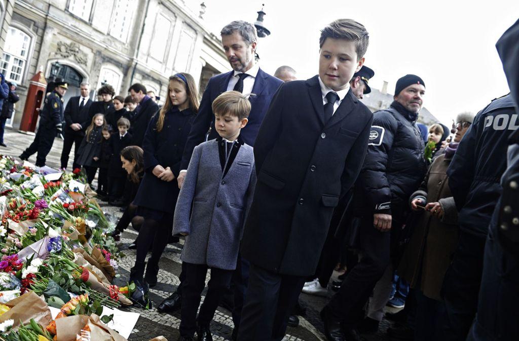 Abschied von Prinz Henrik: Dänemarks Kronprinz Frederik mit Prinz Christian (vorn), Prinz Vincent und Prinzessin Isabella Foto: Scanpix/AP