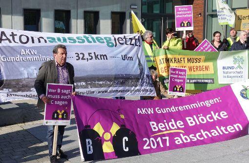 Demonstranten fordern Abschaltung des Atomkraftwerks