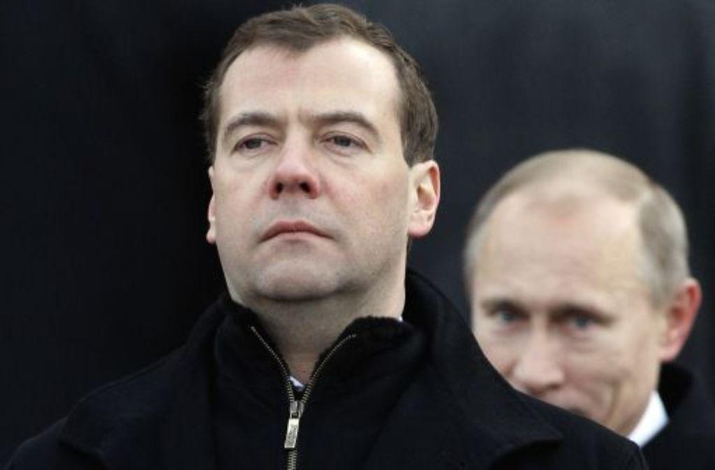 Der Ämtertausch zwischen Dimitri Medwedew (links) und Wladimir Putin ist vollzogen. Foto: AP