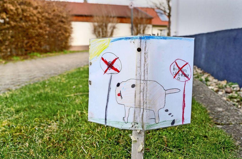 Egal wie süß die Aufruge gegen Hundekot vor der Grundschule sind: Sie werden ignoriert. Foto: factum/Bach