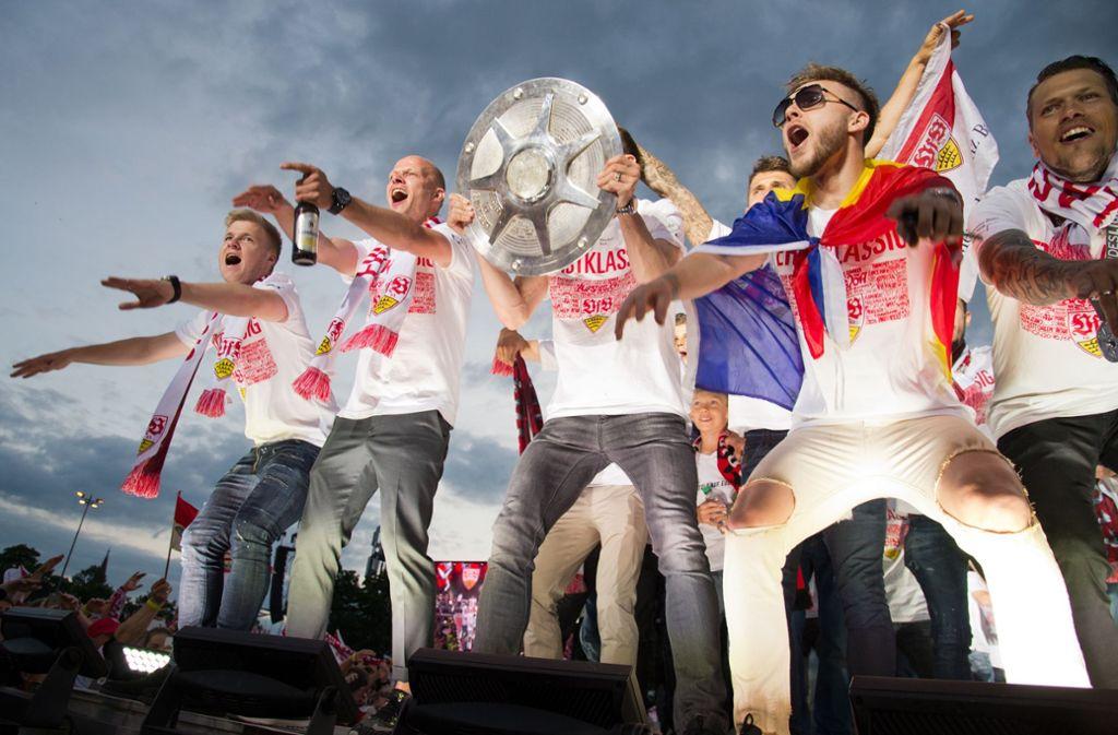 Der VfB feiert auf dem Wasen den Aufstieg in die Bundesliga. Foto: Lichtgut/Oliver Willikonsky