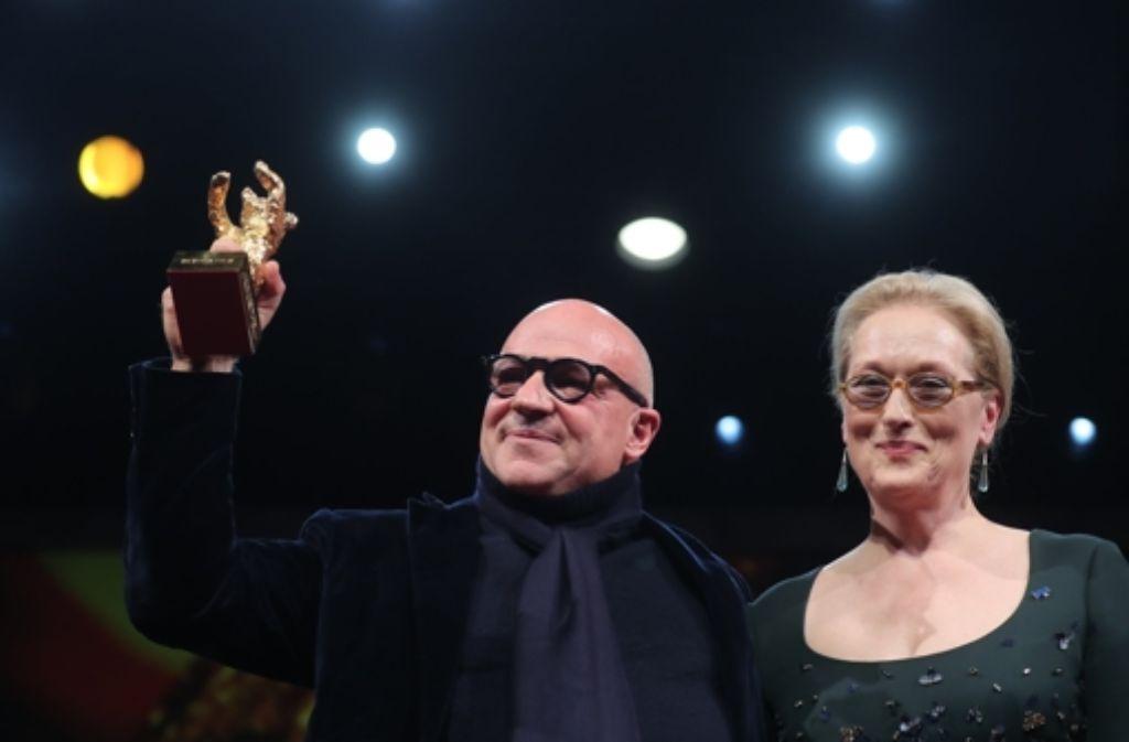 """Preisträger Gianfranco Rosi bekam den Goldenen Bären für den besten Film für """"Fuocoammare"""" (im Bild mit  Jurorin Meryl Streep) Foto: dpa"""