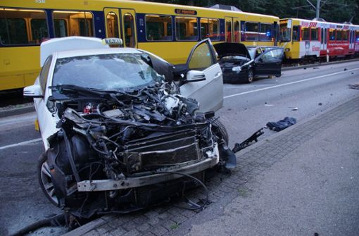 Schwerverletzte bei Unfall mit Taxi und Stadtbahn