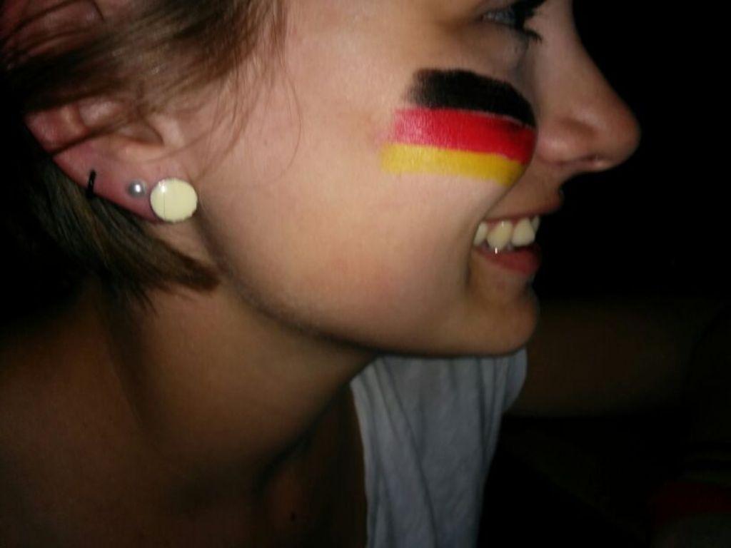 Unser Campuskind ist abergläubisch. Nur mit der Deutschlandfahne auf ihrer Wange kann die DFB-Elf gewinnen.  Foto: privat