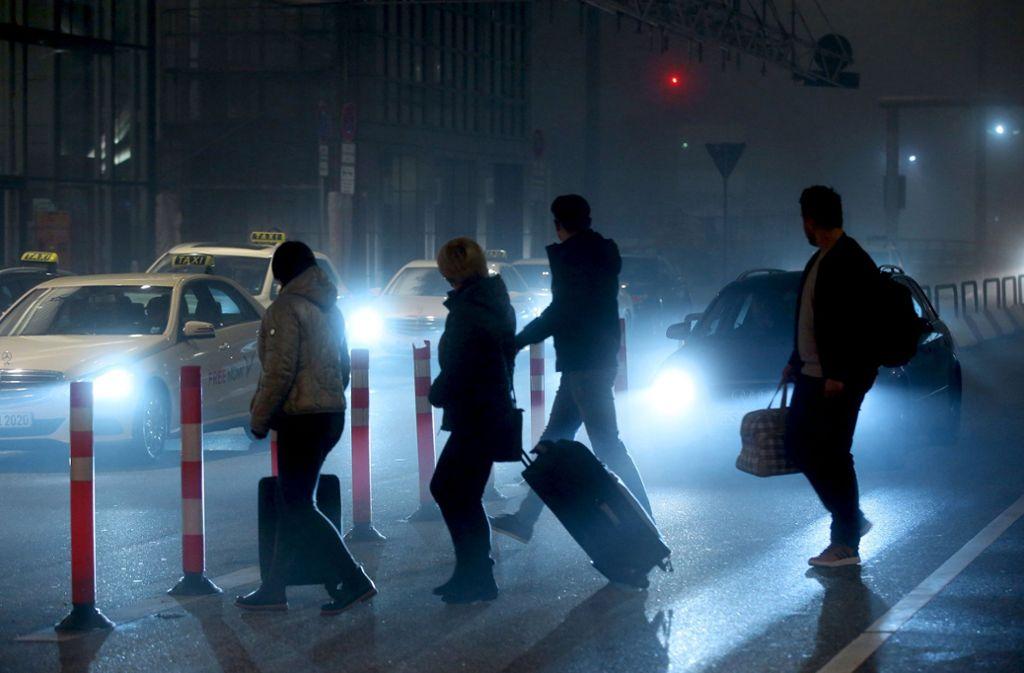 An vielen  Check-in-Schaltern der Lufthansa herrschte am Freitag gähnende Leere. Viele Flüge der Kranich-Linie wurden wegen des Flugbegleiter-Streiks gestrichen. Daher kamen einige Reisende – wie am Hamburger Helmut-Schmidt-Airport – vergeblich zum Flughafen. Foto: AFP/Christof Stache, dpa/Bodo Marks/Silas Stein
