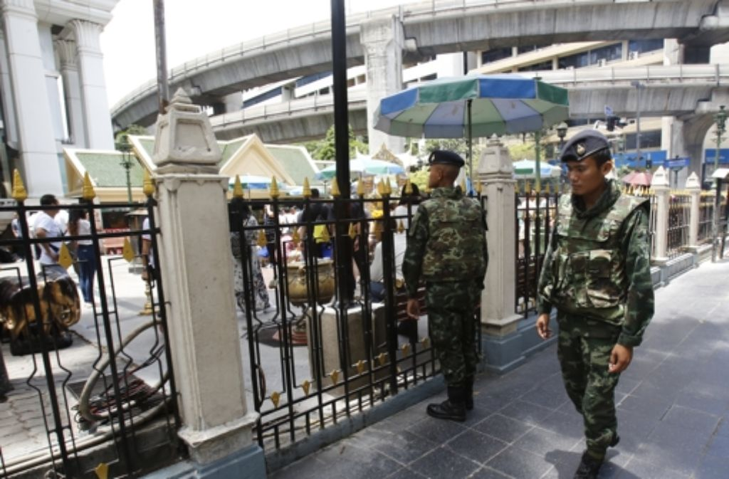 Soldaten patrouillieren vor dem Rajprasong Schrein, wo letzte Woche eine Bombe explodierte. Foto: AP