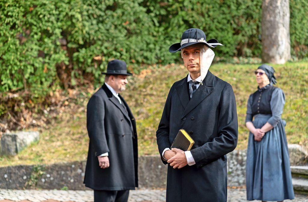 """Harald Barth (Mitte) spielt im Theaterstück """"heimfinden"""" einen Pietisten, den es in die Brüdergemeinde zieht. Foto: factum/Weise"""