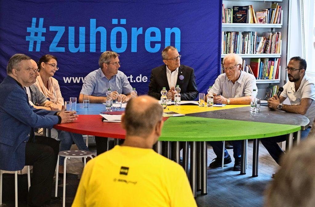 Diakonie-Präsident Ulrich Lilie (schwarze Jacke) spricht mit Arbeitslosen Foto: Lg/Kovalenko