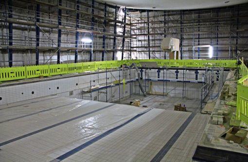 Das Hallenbad soll Ende April fertig sein