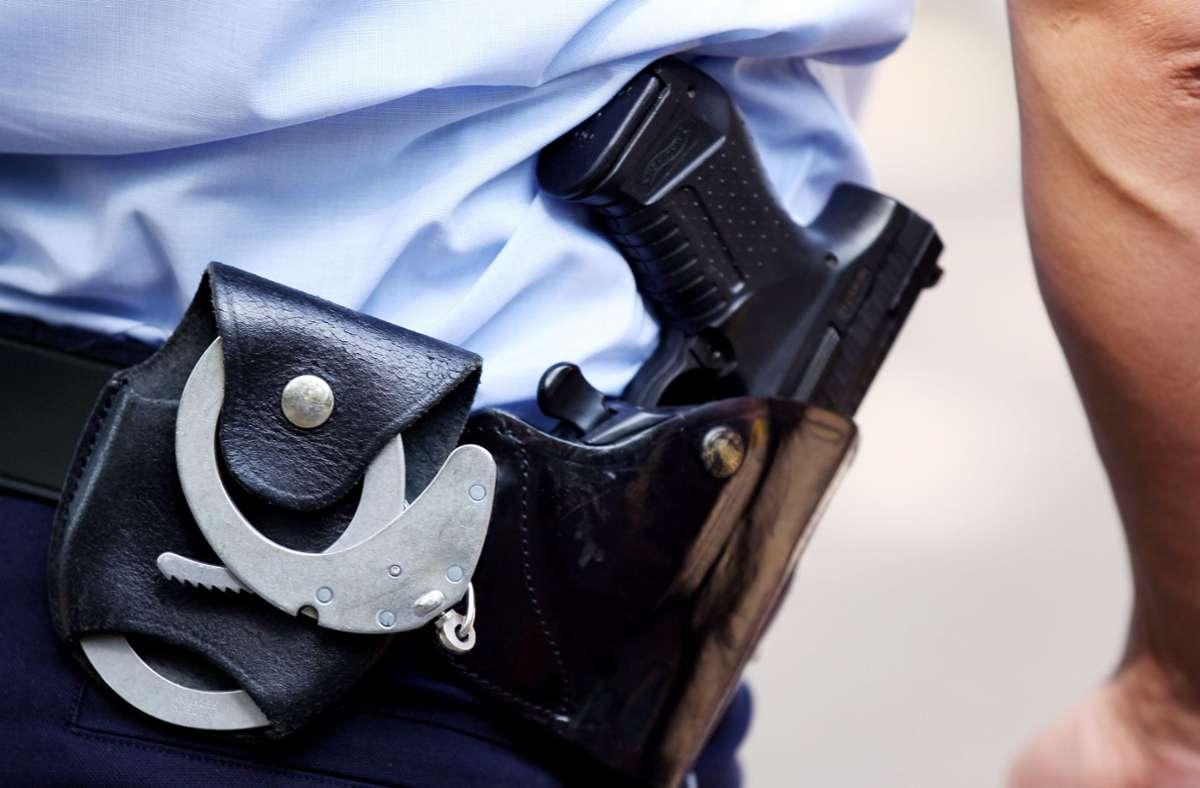 Der Mann wurde bei dem Angriff auf die Polizisten auch selbst verletzt. (Symbolbild) Foto: dpa/Oliver Berg