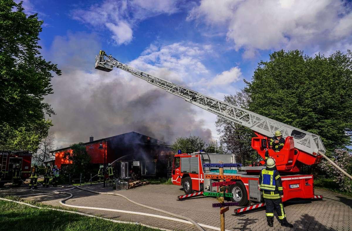 Feuerwehrleute beim Löscheinsatz im SOS-Kinderdorf. Foto: /SDMG/Kohls