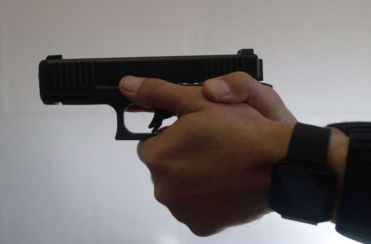 Mit einer Schreckschusswaffe schoss ein Mann, nachdem ihn ein Randalierer angegangen hatte. Foto: dpa//Klaus-Dietmar Gabbert
