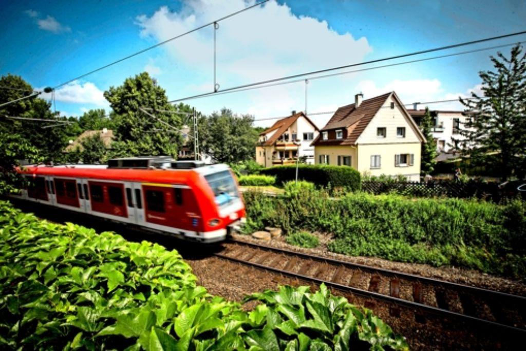 Dort, wo heute nur die S-Bahn fährt, sollen künftig auch Regionalzüge unterwegs sein. Die Bahn macht jetzt zumindest ein neues Gutachten über den  Lärmschutz. Foto: Achim Zweygarth