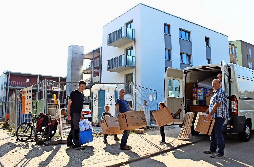 Gerrit Heidelberg aus Ludwigsburg (links) ist am Samstag als erster Bewohner in den Neubau der Baugemeinschaft eingezogen. Foto: Caroline Holowiecki