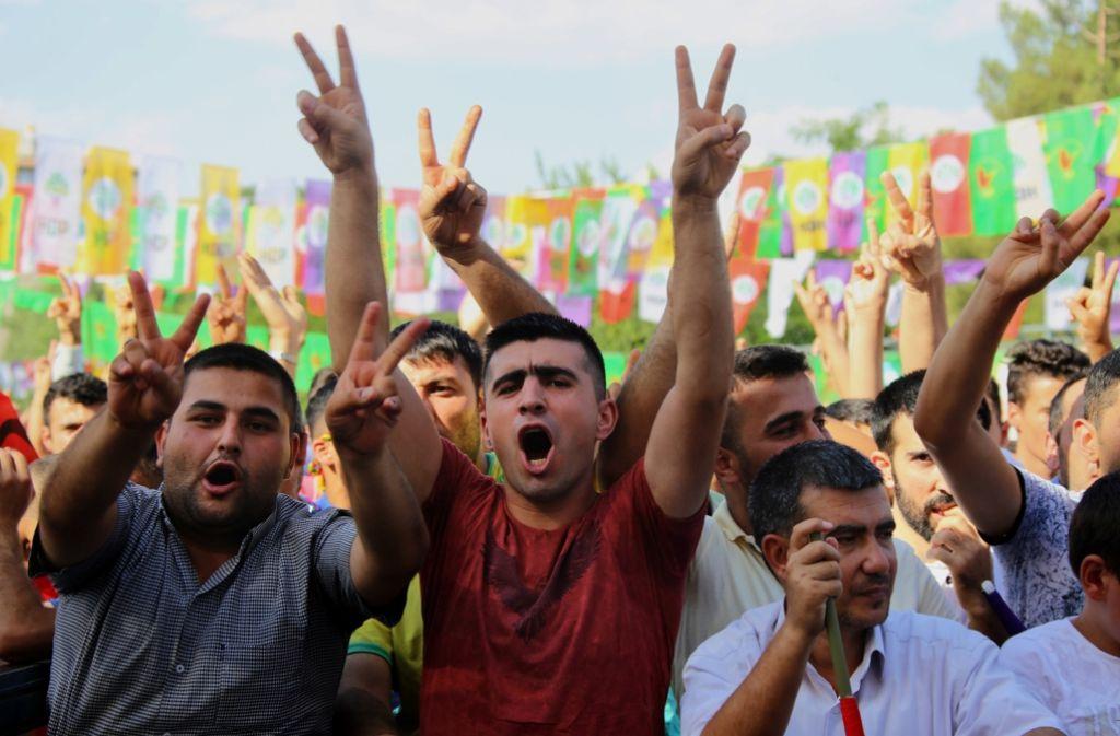 Obwohl die HDP-Leute gegen den Putsch demonstrieren, gelten sie der Regierung als verdächtig. Foto: AP