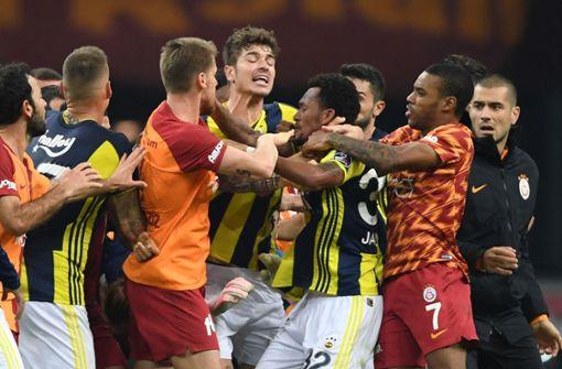 Massenschlägerei und Jagdszenen bei Istanbul-Derby