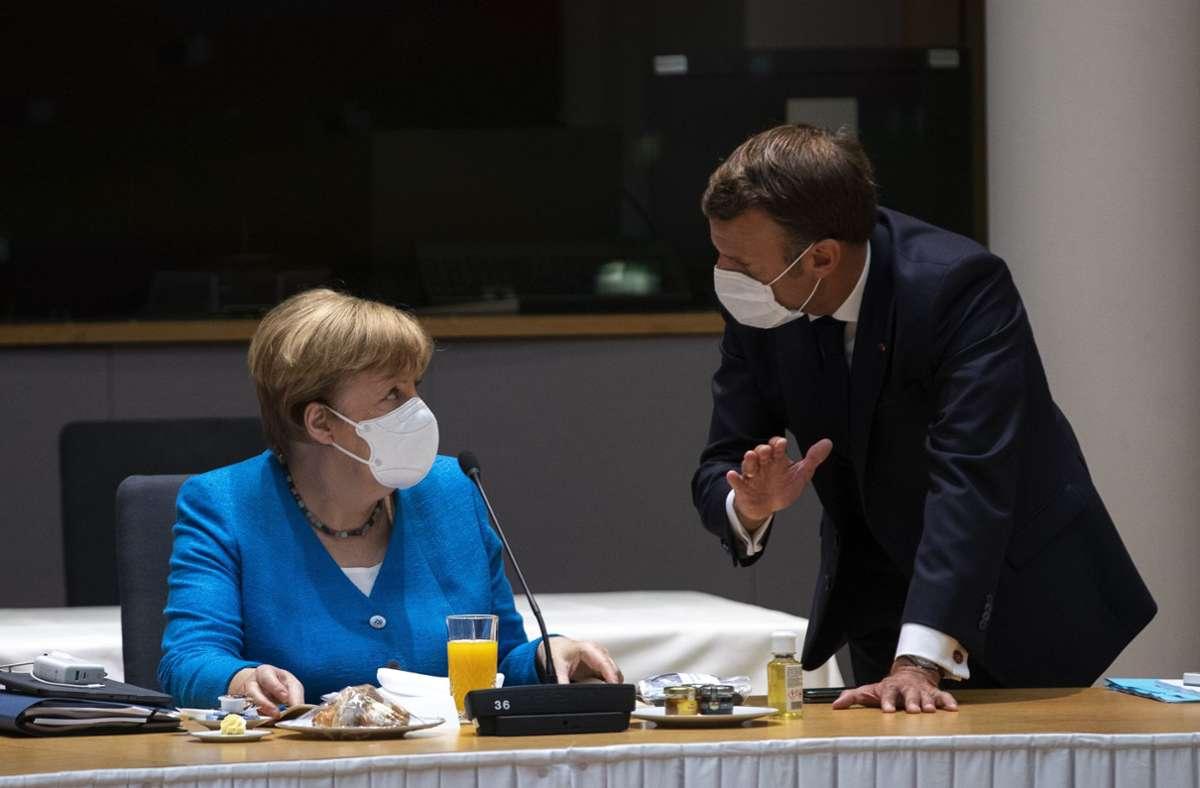 Angela Merkel spricht mit dem französischen Präsidenten Emmanuel Macron am zweiten Tag des EU-Gipfels. Foto: dpa/Francisco Seco