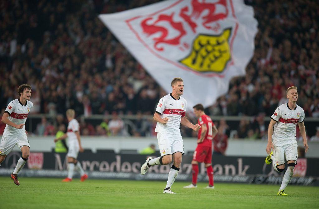Stuttgarts Benjamin Pavard (links), Simon Terodde (Mitte) und Timo Baumgartl bejubeln den 2:1 Sieg gegen den 1. FC Köln. Foto: dpa