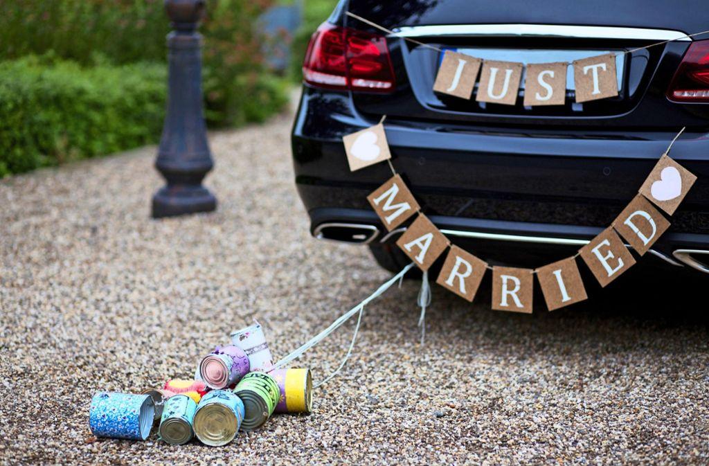 Blechdosen am Brautauto reichen nicht – immer öfter müssen es bei Hochzeitskonvois auch Verkehrsblockaden sein. Foto: 94193800