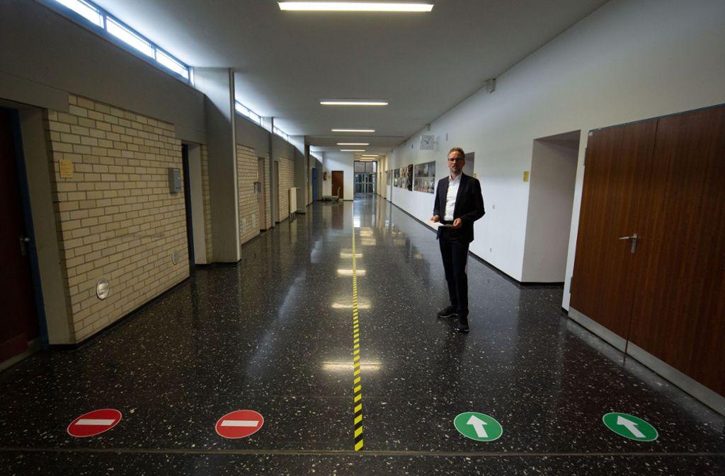 Immer schön Abstand halten: Felix Winkler hat sich die Einbahnstraßenregelung für die Schüler  der Stuttgarter Schule für Farbe und Gestaltung einfallen lassen. Foto: Lichtgut/Leif Piechowski
