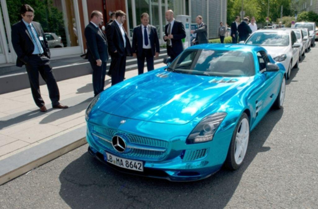Vor Beginn der Internationalen Konferenz zur Elektromobilität in Berlin zieht der  Mercedes SLS AMG electric drive Blicke auf sich. Im Juni kommt das Fahrzeug auf den Markt. Foto: dpa