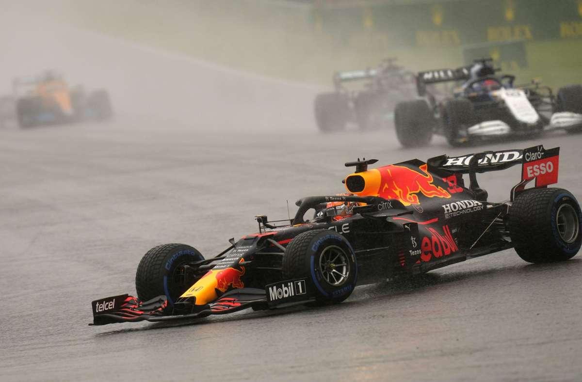 Nach langer Wartezeit im Regenchaos entschied Max Verstappen  den ersten Grand Prix nach der Sommerpause für sich. Foto: dpa/Francisco Seco