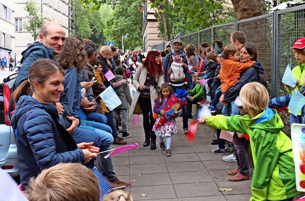 Spalier stehen für die Erstklässler: Die älteren Schüler, Eltern und Lehrer begrüßen die Neuen an der Grundschule Süd. Foto: Julia Bosch