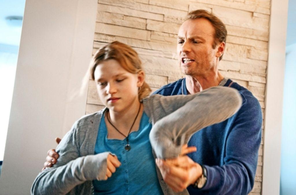 Ein Vater  wird handgreiflich:  Mark Waschke und Sinje Irslinger. Foto: ARD
