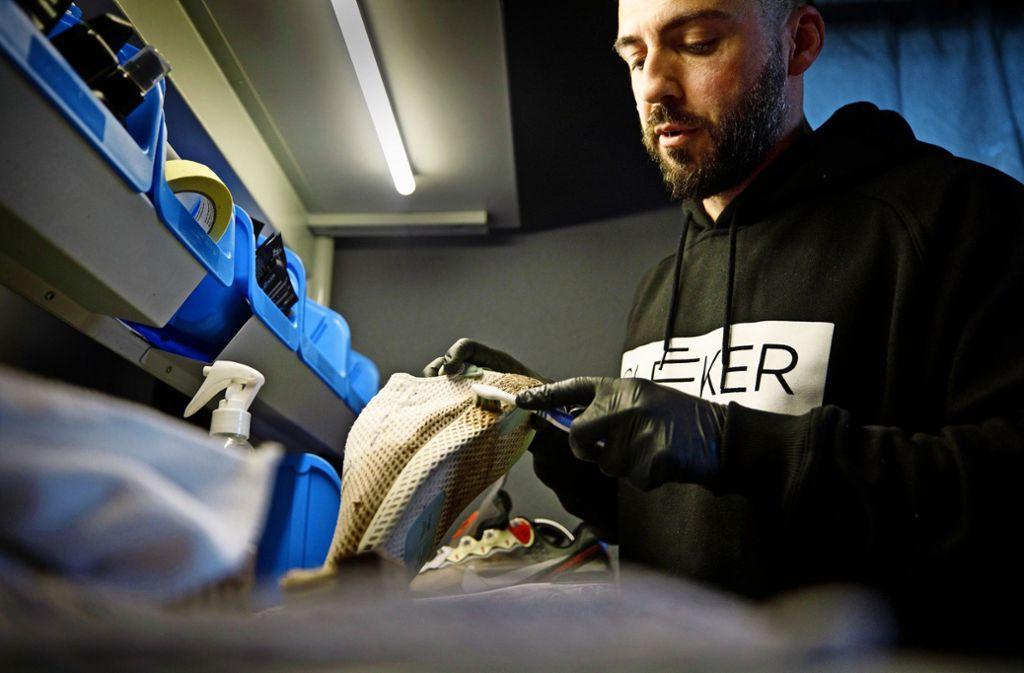 Mit einer Zahnbürste rückt Marcello Casula diesem Sneaker zu Leibe. Foto: Gottfried Stoppel
