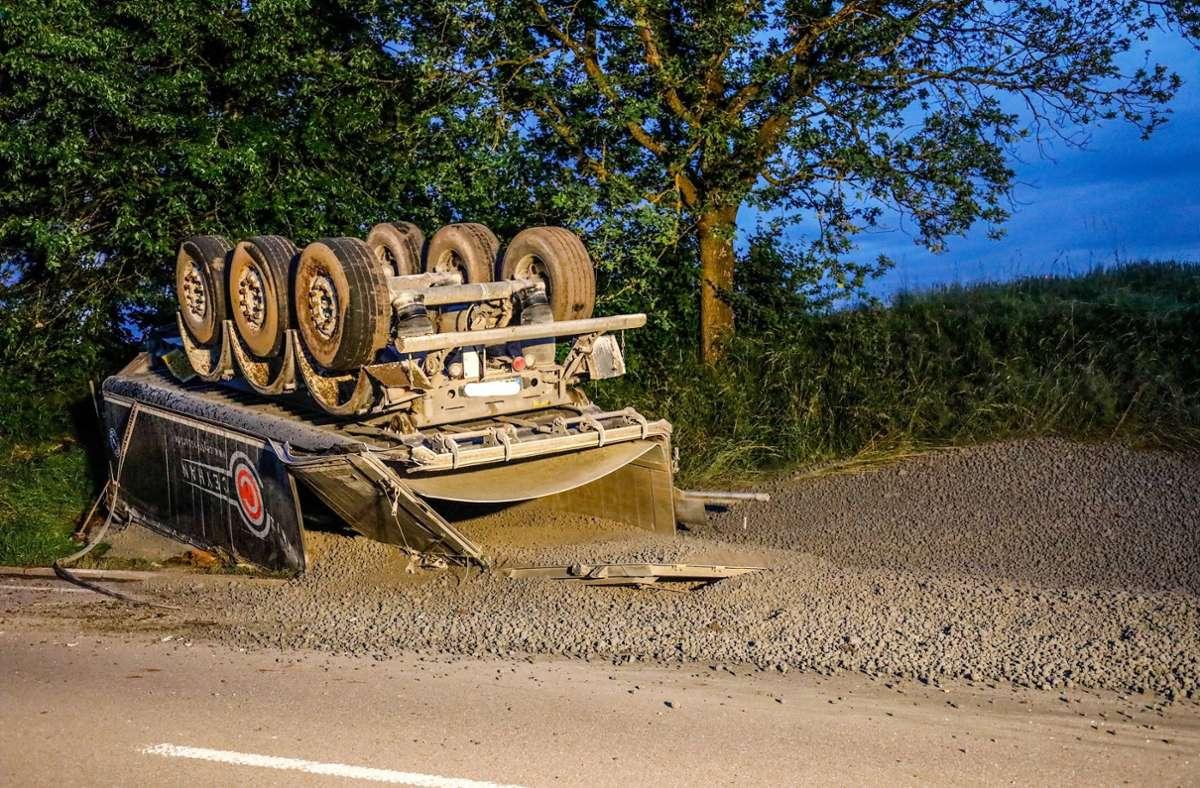 Zement eines Sattelzugs verteilt sich nach einem Unfall auf der Straße. Foto: 7aktuell.de/Christina Zambito