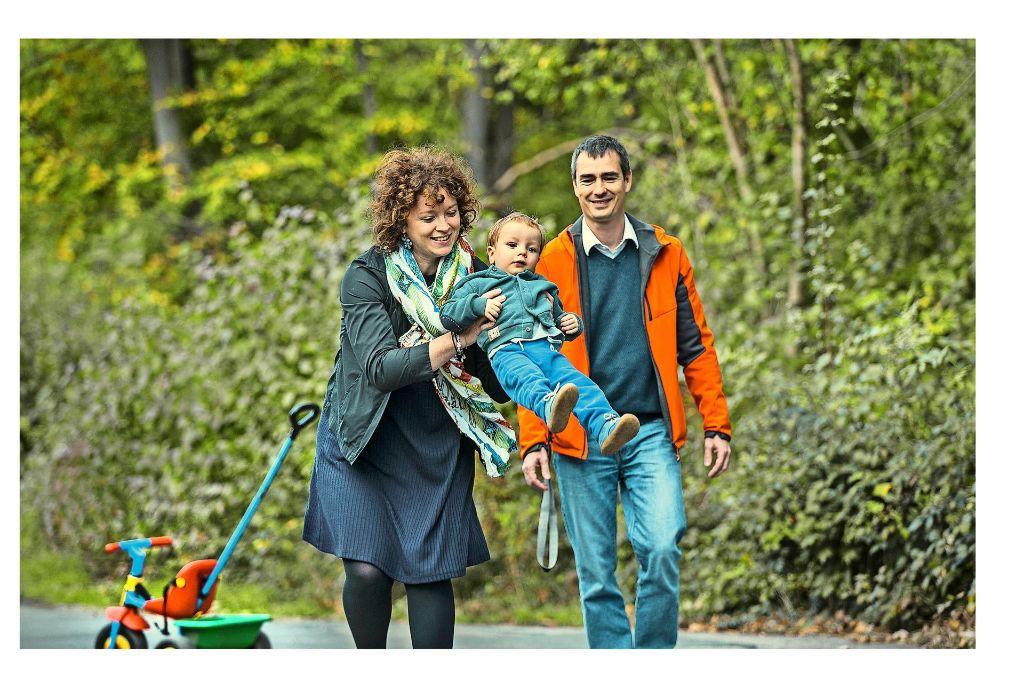 Anna Goletti, ihr Mann Stefano Gastoni und der anderthalbjährige Sohn  Leonardo  bei einem Spaziergang  in Ostfildern. Foto: Horst Rudel