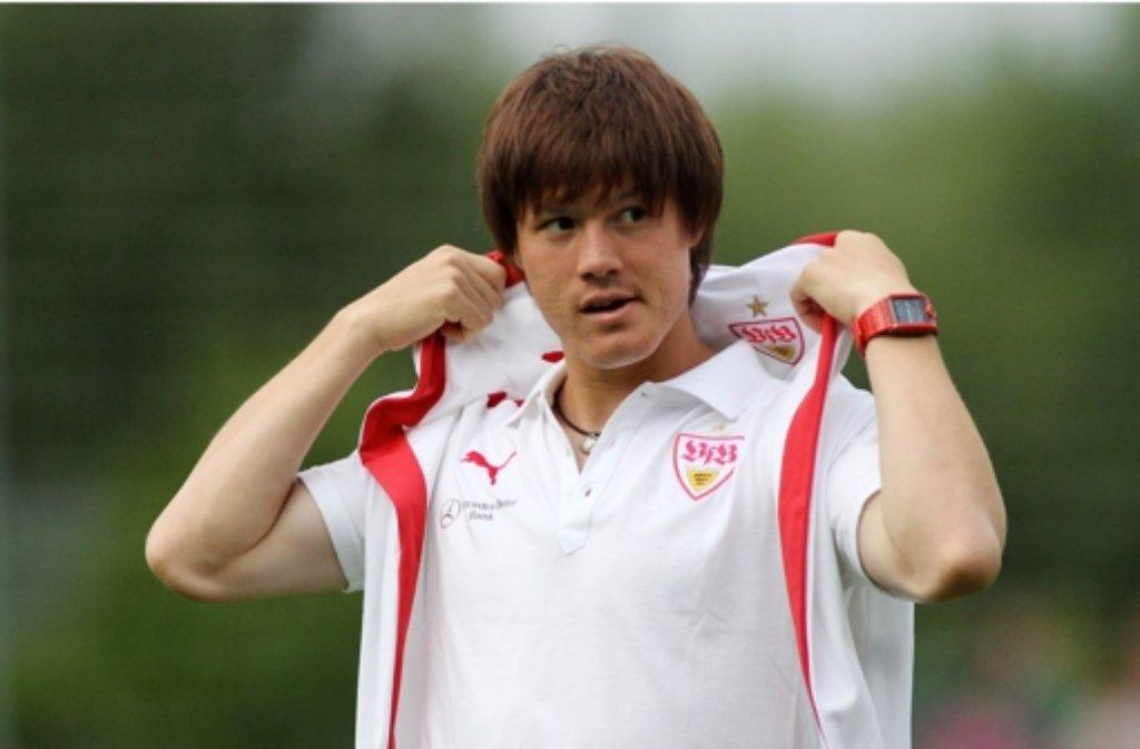 Gotoku Sakai streift das VfB-Trikot ab. Er geht nach Hamburg. Foto: Pressefoto Baumann