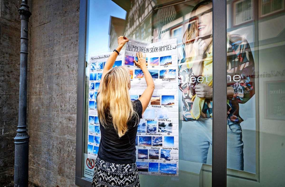 Einfach zugreifen und mit nach Hause nehmen: Andrea Ertz verschenkt Himmelsbilder aus aller Welt. Foto: Gottfried Stoppel