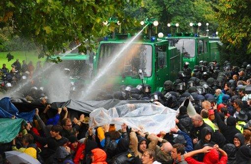 """Der zweite U-Ausschuss zum Polizeieinsatz  am """"schwarzen Donnerstag"""" dürfte sich die Akten – alte und neue – noch einmal sehr genau ansehen. Die Chronologie der S21-Proteste sehen Sie in unserer Bildergalerie. Foto: dpa"""