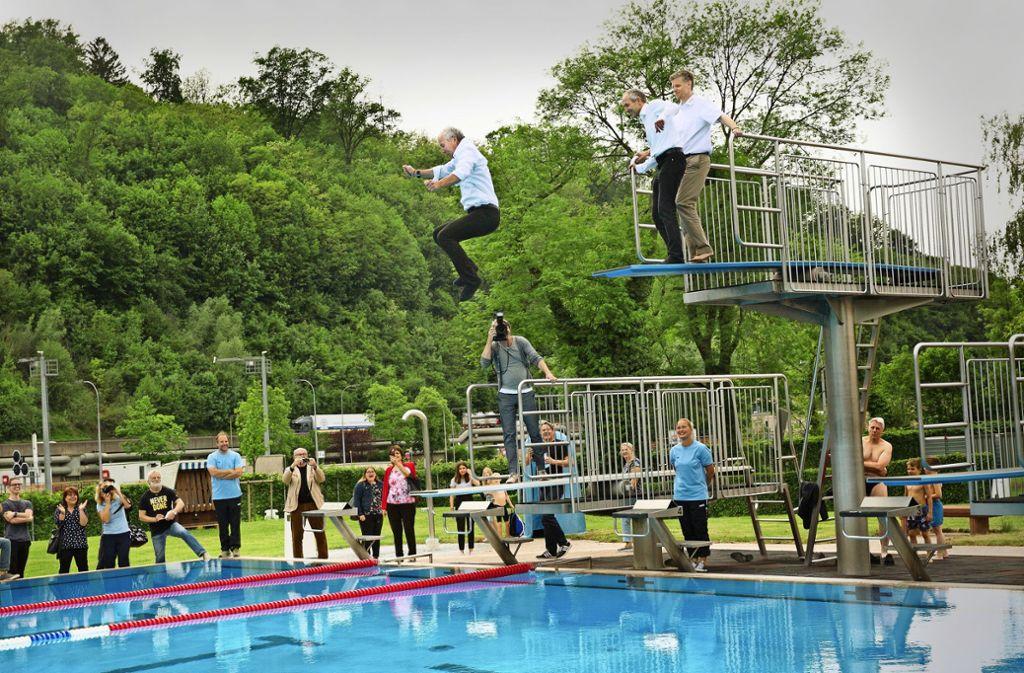 Jürgen Zieger (fliegend) - ein Oberbürgermeister geht baden. Foto: