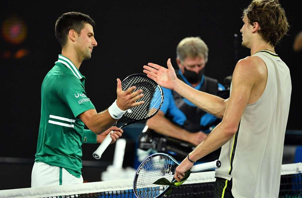 Alexander Zverev (rechts) muss sich am Ende Novak Djokovic geschlagen geben. Foto: AFP/PAUL CROCK